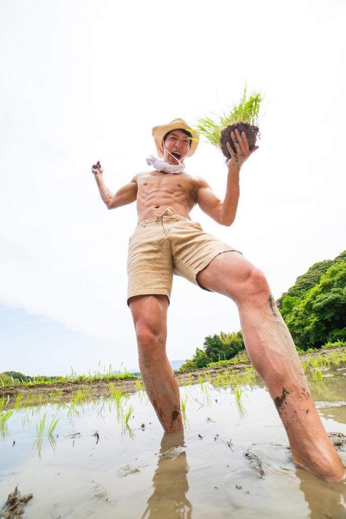 全力で田植えするマッチョ@著作権フリー 画像 筋肉