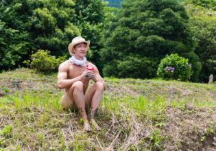 田んぼにプロテインを植えたくてうずうずするマッチョ@著作権フリー 画像 筋肉