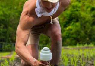 田んぼにダンベルを植えるマッチョ/reference photo muscle rice field@著作権フリー 画像 筋肉