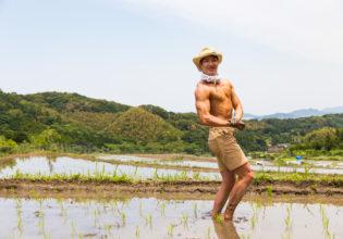 田んぼでサイドチェスト@著作権フリー 画像 筋肉