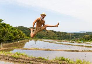 田んぼではしゃぐマッチョ/reference photo muscle@著作権フリー 画像 筋肉
