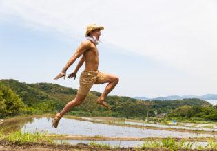 田をかけるマッチョ/reference photo muscle@著作権フリー 画像 筋肉