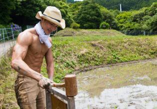 自分の田んぼにネームプレートを打つマッチョ/refrence photo muscle faramer@著作権フリー 画像 筋肉