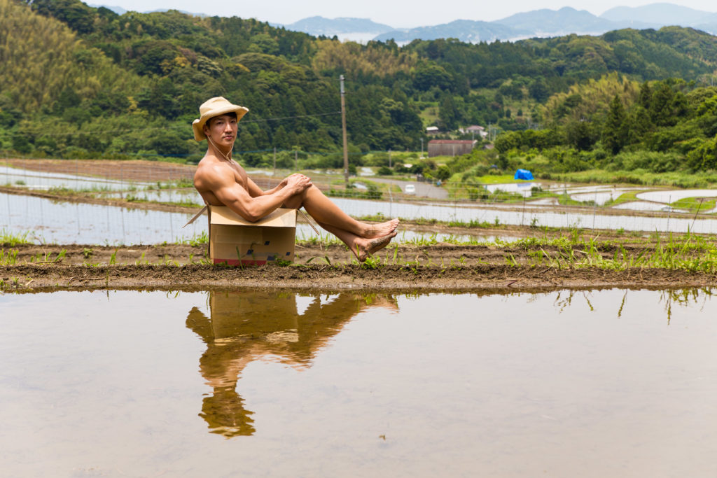あぜ道に捨てマッチョ/reference photo box macho rice field@著作権フリー 画像 筋肉