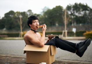 名古屋で小倉トーストを食べる捨てマッチョ/reference photo box macho Nagoya@フリー素材 筋肉