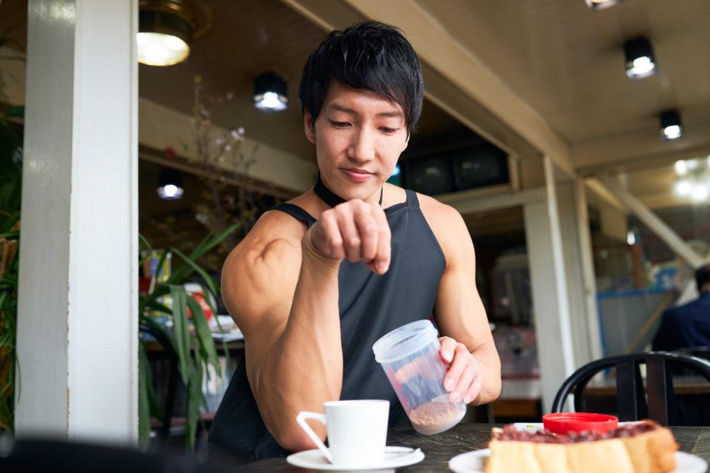 小倉トーストに勝手にプロテイントッピングするマッチョ/reference photo muscle coffee shop Nagoya@フリー素材 モデル