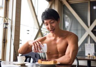 小倉トーストにプロテインをかけるマッチョ@著作権フリー 画像 筋肉