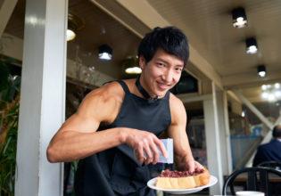 小倉トーストに勝手にプロテイントッピングするマッチョ/reference photo muscle coffee shop@