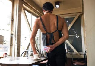 お客さんおコーヒーにこっそりプロテインを入れるマッチョ/reference photo muscle coffee shop@写真 マッチョ