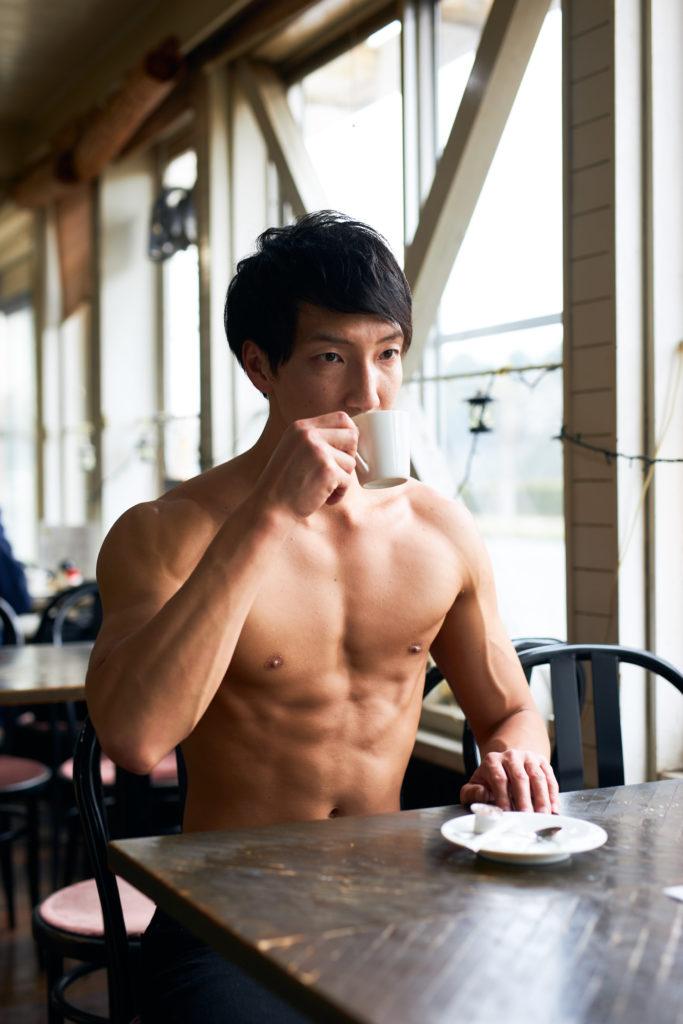 コーヒーを飲むマッチョ@フリー素材 マッチョ