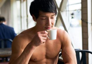 コーヒーの香りを楽しむマッチョ@フリー素材 マッチョ