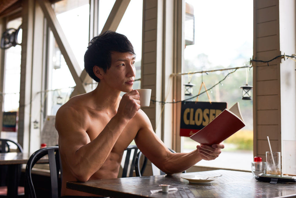 名古屋喫茶店で読書のマッチョ@著作権フリー 画像 筋肉