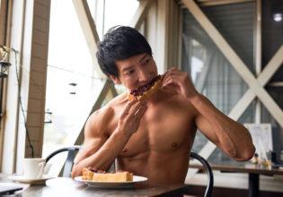 小倉トーストを食べるマッチョ/reference photo muscle coffee shop@フリー素材 筋肉