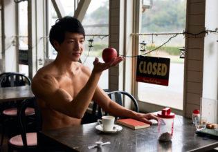 りんごを潰してコーヒーに入れたくえうずうずするマッチョ@著作権フリー 画像 筋肉