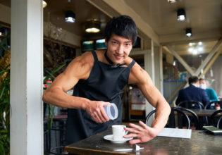 コーヒーには砂糖やミルクやなくて、やっぱりプロテインです!/reference photo muscle coffee shop@モデル 筋肉