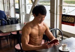 名古屋の喫茶店で読書のマッチョ@著作権フリー 画像 筋肉