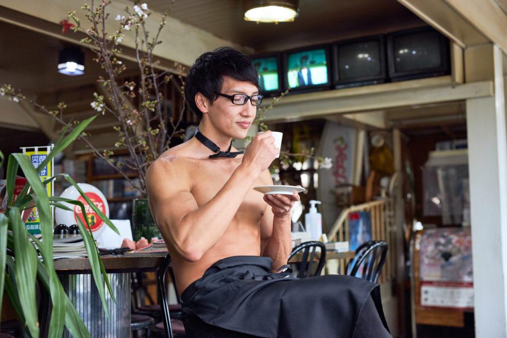 コーヒーの香りを楽しむマスターマッチョ@freephoto muscle