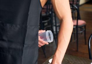 お客さんのコーヒーにこっそりプロテインを入れるマッチョ@写真 マッチョ