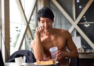 小倉トーストにプロテインをまぶすマッチョ@著作権フリー 画像 筋肉