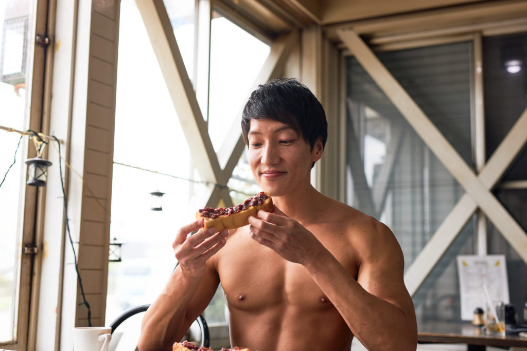 小倉トーストに目がないマッチョ@著作権フリー 画像 筋肉 (2)