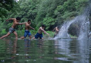 プロテインを懸けて水切り対決するマッチョreference_photo_muscle@フリー素材 筋肉