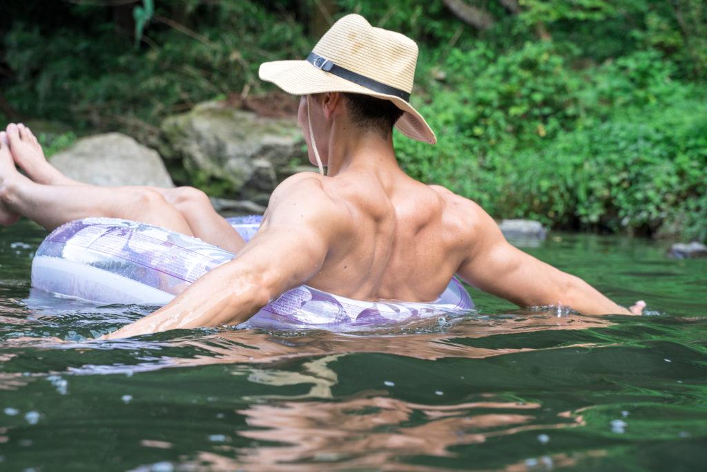 川を漂うマッチョ@フリー素材 筋肉