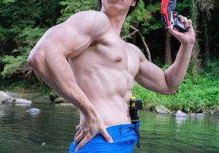 水鉄砲とマッチョ@フリー素材 筋肉