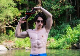 水鉄砲とマッチョ@フリー素材筋肉