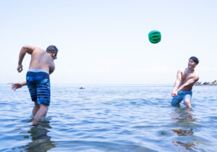 ビーチボールで戯れるマッチョ@著作権フリー画像 筋肉