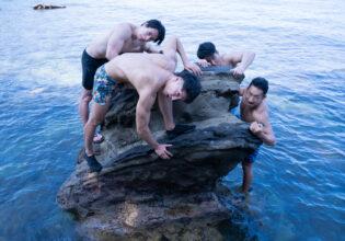岩に群がるマッチョ@著作権フリー画像 筋肉