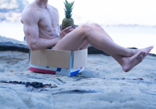 海に捨てマッチョ@フリー素材 筋肉
