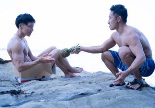 パイナップルを捨てマッチョに分け与える野生のマッチョ@フリー素材 筋肉