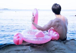 フラミンゴと愛を語るマッチョ@フリー素材 筋肉