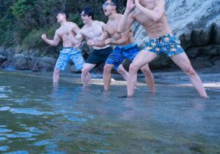 海に向かって筋肉の好きな部位を叫ぶマッチョ@フリー素材 筋肉