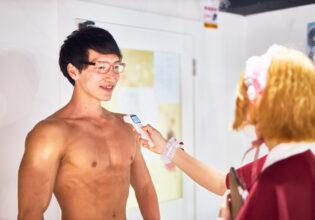 【メイド喫茶のマッチョ】大胸筋を検温されるマッチョ/reference photo for drawing muscle/maid cafe@フリー素材 筋肉
