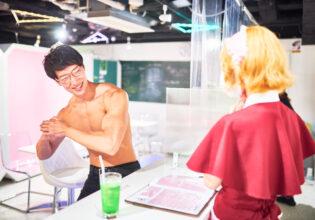 【メイド喫茶のマッチョ】メイドと全力でじゃんけんするマッチョ/reference photo for drawing muscle/maid cafe@フリー素材 筋肉