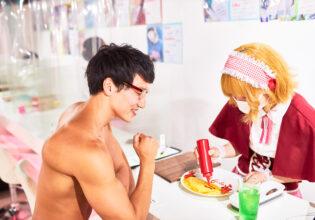 【メイド喫茶のマッチョ】オムライスに書いてもらうのをワクワクしながら見つめるマッチョ/reference photo for drawing muscle/maid cafe@フリー素材 筋肉