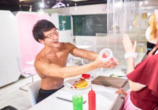 【メイド喫茶のマッチョ】「オムライスにプロテインかけてみてよ」とメイドにおねだりするマッチョ/reference photo for drawing muscle/maid cafe@フリー素材 筋肉