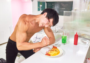 【メイド喫茶のマッチョ】「マッチョ嫌い」と書かれたオムライスを泣く泣く食べるマッチョ/reference photo for drawing muscle/maid cafe@フリー素材 筋肉