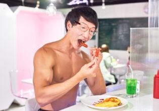 【メイド喫茶のマッチョ】たこさんウィンナーを食べるマッチョ/reference photo for drawing muscle/maid cafe@フリー素材 筋肉