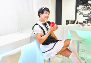【メイド喫茶のマッチョ】一息入れるマッチョメイド(プロテイン)reference photo for drawing maid macho/maid cafe@フリー素材 筋肉