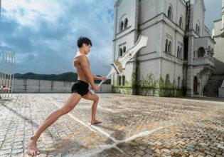 大剣を構えるマッチョ/reference photo muscle get isekaid@フリー素材 筋肉